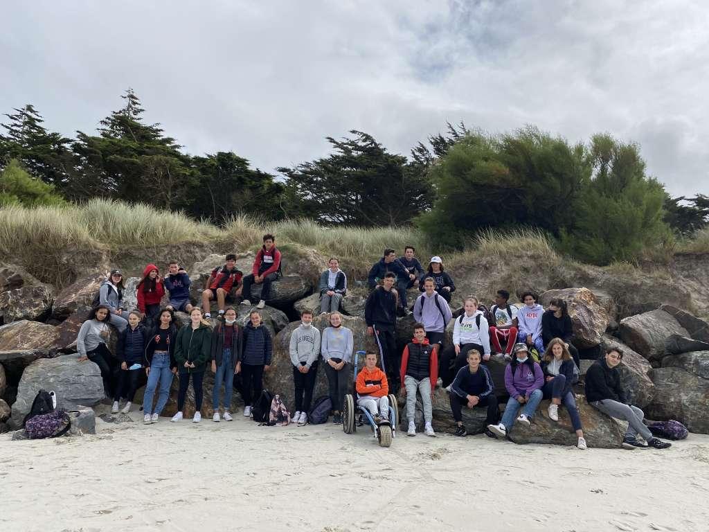 Photo de groupe sur la plage.
